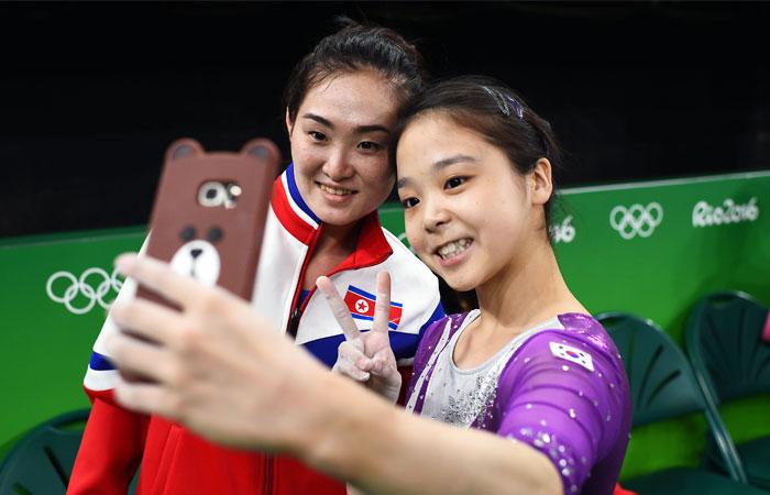 Гимнастки Ли Юн Чжу из Южной Кореи и Хон Ын Чон из КНДР сфотографировались во время  квалификационных соревнований, доказав, что спорт еще может объединять людей.