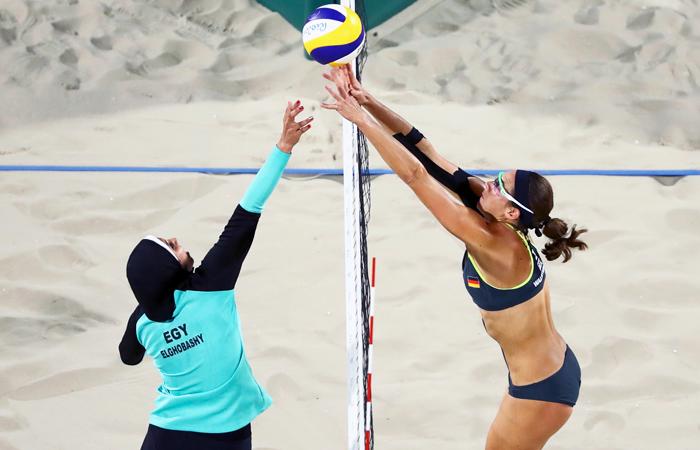 Во второй день соревнований в турнире по пляжному волейболу встречались спортсменки из Германии и Египта. Египтянки, которые проиграли в двух сетах, вышли на игру в хиджабах и форме, которая закрывала руки и ноги. Правила относительно формы одежды волейболисток смягчили накануне Игр-2012, что позволило привлечь к Играм новые страны. Спортсменка из Египта Доа Эльгобаши заявила, что уже 10 лет носит хиджаб и он не мешает ей заниматься любимым делом.