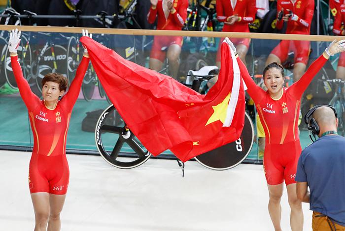 Китайские велогонщицы Гун Цзиньцзе и Чжун Тяньши (слева направо) в командном спринте на треке установили новый рекорд - 31.928 с