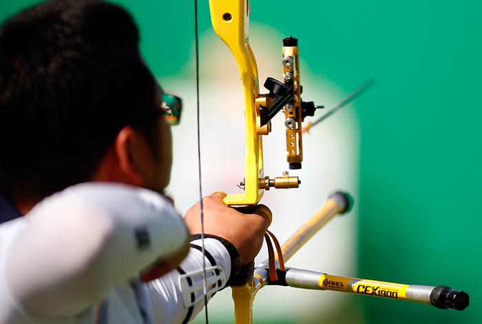Автором первого мирового рекорда в стрельбе из лука стал южнокореец Вучжин Ким. В квалификационных соревнованиях он выбил 700 очков.