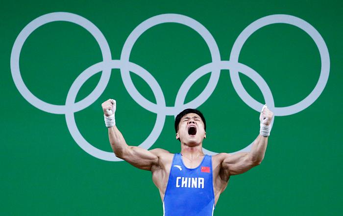 Китайский спортсмен Люй Сяоцзюнь (до 63 кг) поднял штангу в рывке весом 177 кг