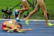 Польская бегунья София Эннау упала во время соревнования по бегу на 1500 метров