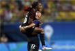 Игроки женской футбольной сборной США Кристен Пресс и Кристал Данн радуются забитому голу в третьем туре группового этапа олимпийского турнира против сборной Колумбии