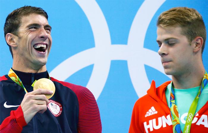 Золотой призер американец Майкл Фелпс (слева) и обладатель бронзы венгр Тамаш Кендереши во время вручения медалей Олимпийских игр в плавании на дистанции 200 метров баттерфляем