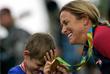 Американская велогонщица Кристин Армстронг, завоевавшая золотую медаль в индивидуальной гонке с раздельным стартом, с сыном Лукасом на церемонии награждения