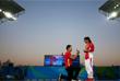 Китайский спортсмен Цинь Кай сделал предложение своей возлюбленной, прыгунье Хэ Цзы, после того как девушка выиграла серебряную медаль в прыжках в воду с трехметрового трамплина. Хэ Цзы расплакалась и приняла предложение спортсмена.