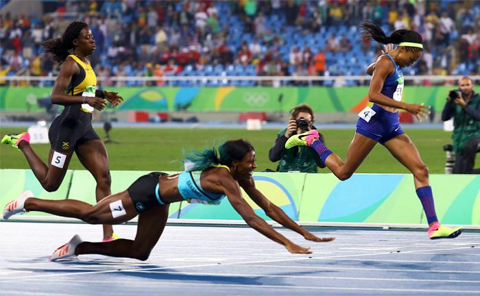 Представительница Багамских островов Шона Миллер в беге на 400 метров всего на 0,07 секунды опередила главную конкурентку американку Эллисон Феликс, нырнув вперед на финише. Победа Миллер полностью соответствует правилам легкой атлетики, согласно которым победителем считается тот, чьи плечи первыми пересекли финишную черту. Отчаянный прыжок принес спортсменке золотую медаль.