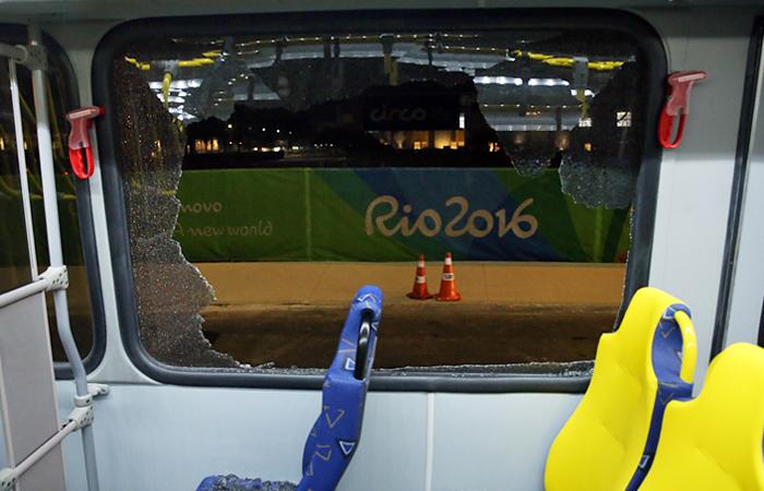 Неприятный инцидент произошел в Рио-де-Жанейро на трассе в Олимпийский парк. Автобус с журналистами, освещающими Олимпиаду, был закидан камнями неизвестными лицами. В результате происшествия окна автобуса были разбиты, волонтер из Турции и белорусский журналист, находившиеся в салоне, получили незначительные травмы. К месту происшествия прибыли полицейские, которые сопроводили автобус до пресс-центра.