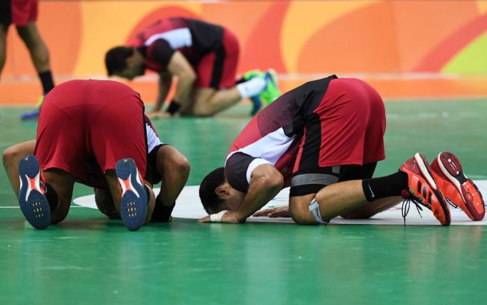 Мужская сборная Египта по волейболу победила команду Кубы в матче группового этапа Олимпийских игр в Рио-де-Жанейро. Египтяне, которые одержали первую победу, от радости целовали паркет.