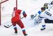 Игрок сборной России Владимир Тарасенко забрасывает шайбу в ворота сборной Финляндии