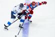 Игроки сборной Финляндии Вилле Покка и России Никита Кучеров