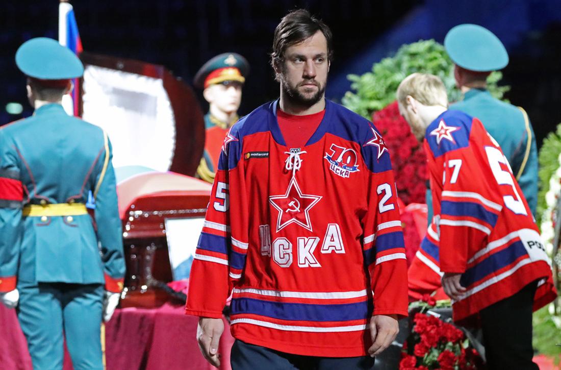 Игрок ЦСКА Владимир Жарков на церемонии прощания с  Владимиром Петровым