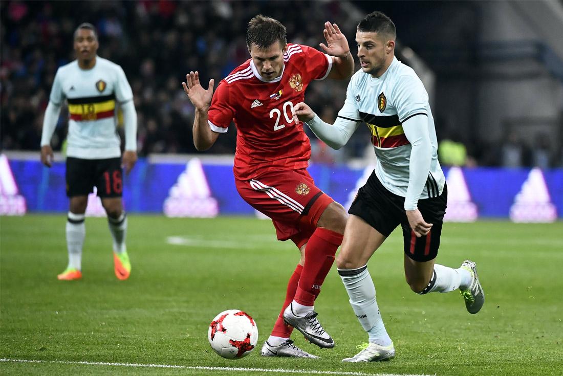 Нападающий сборной России Максим Канунников и бельгийский футболист Кевин Миральяс