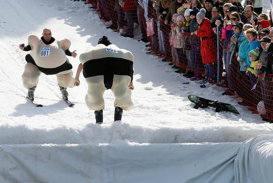 Под Красноярском в десятый раз проходят соревнования сноубордистов и лыжников по преодолению лужи