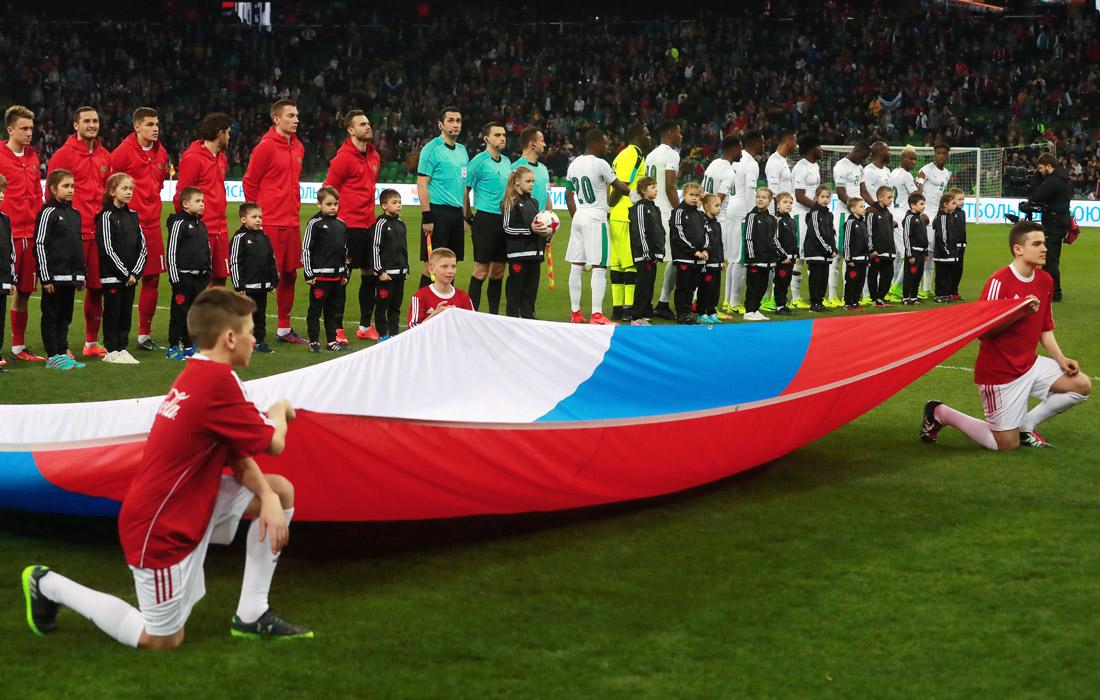 Футболисты перед началом товарищеского матча