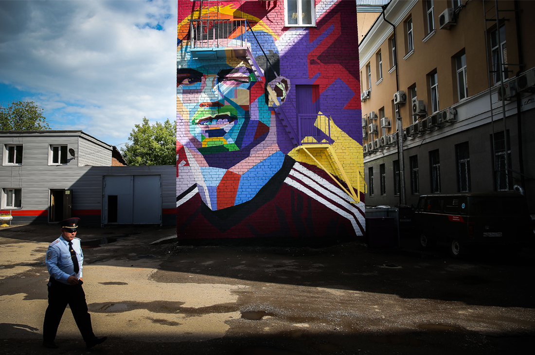 Граффити с изображением игрока сборной Португалии Криштиану Роналду на стене дома в одном из дворов Казани
