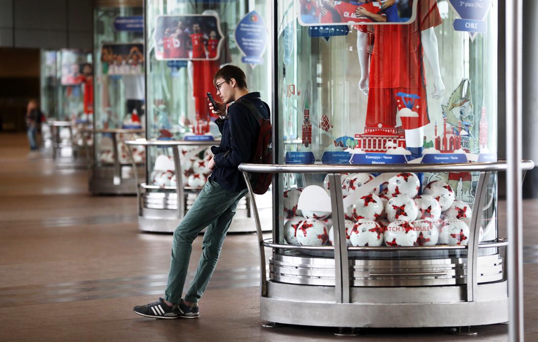 """Выставка, посвященная Кубку конфедераций-2017, на станции метро """"Воробьевы горы"""" в Москве"""