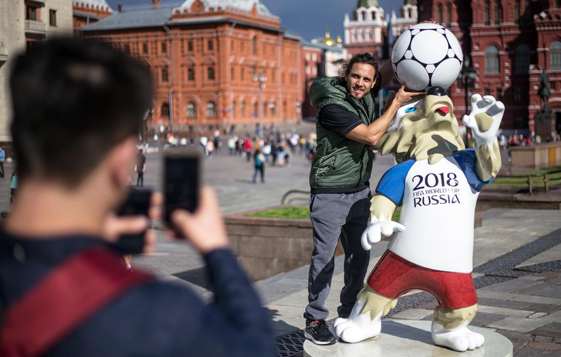 Официальный талисман чемпионата мира по футболу волк Забивака на Манежной площади в Москве