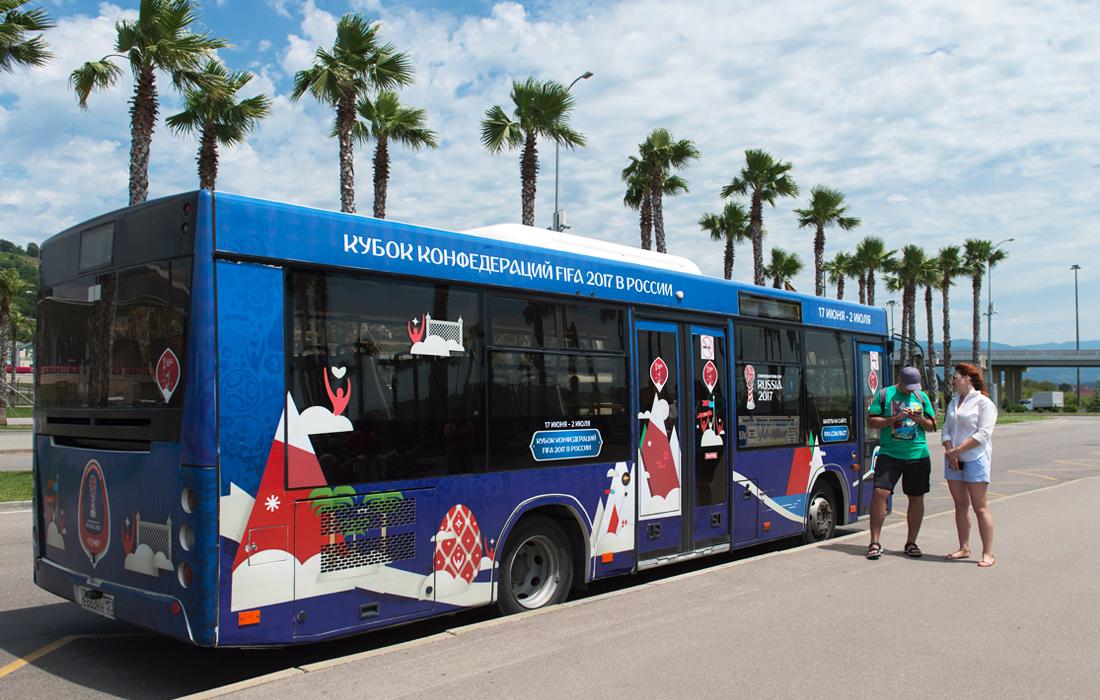 Городской автобус с футбольной символикой на остановке общественного транспорта в Сочи