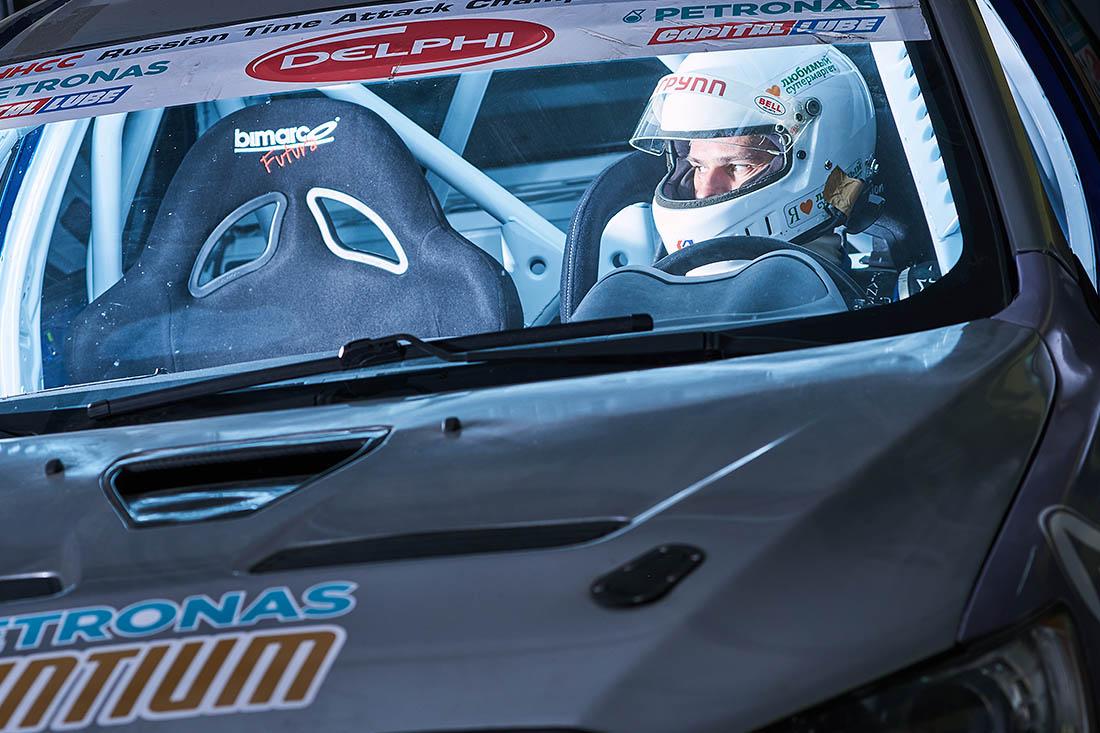 Здравствуйте. Меня зовут Максим Белоцкий, я автогонщик. Точнее, часть моей жизни я - сотрудник одного из институтов РАН, а параллельно – участвую в шоссейно-кольцевых автогонках.