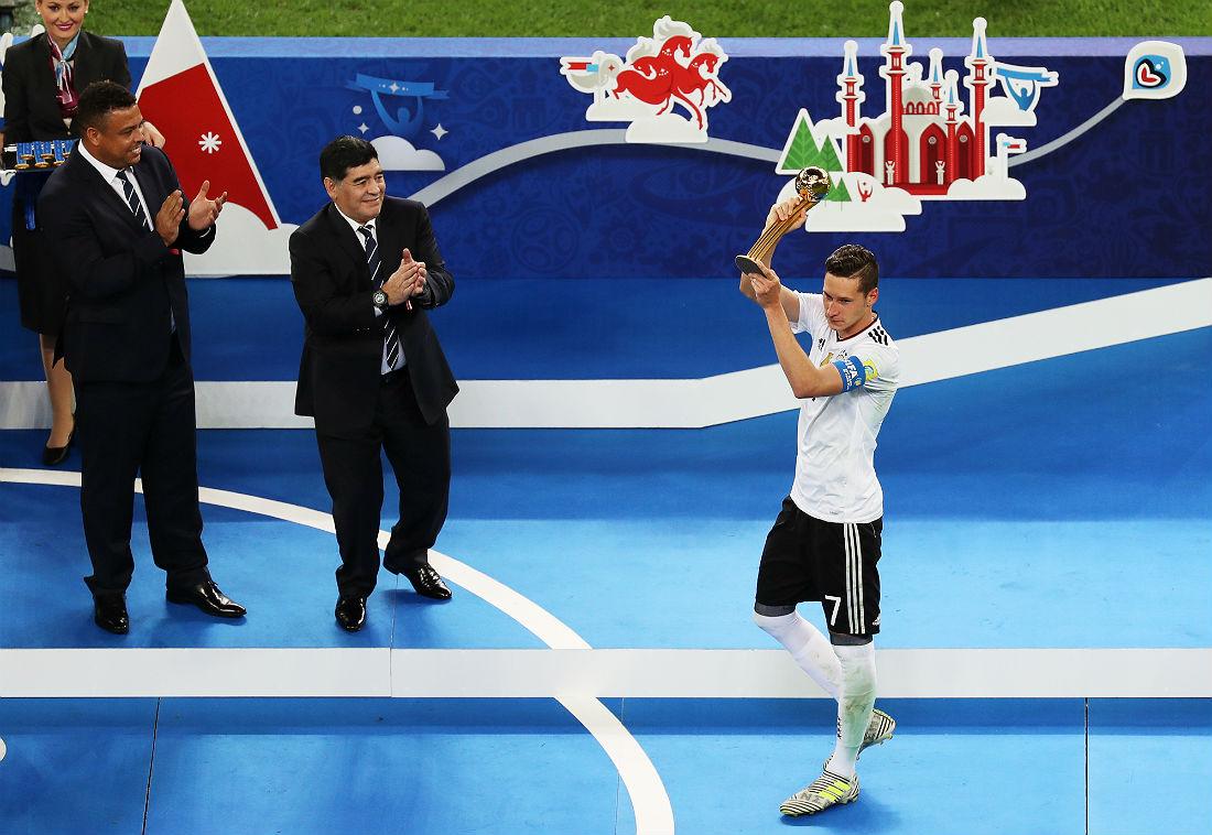 Экс-футболисты Роналдо и Диего Марадона аплодируют обладателю награды лучшему игроку турнира Юлиану Дракслеру (слева направо)
