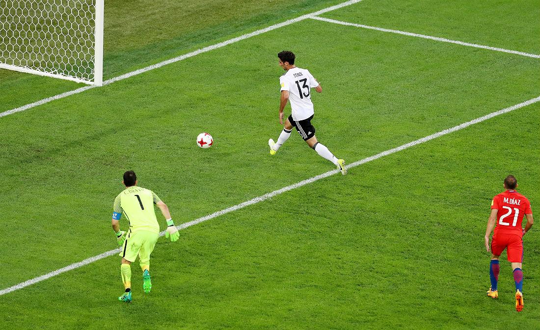 Ларс Штиндль забивает гол в ворота сборной Чили