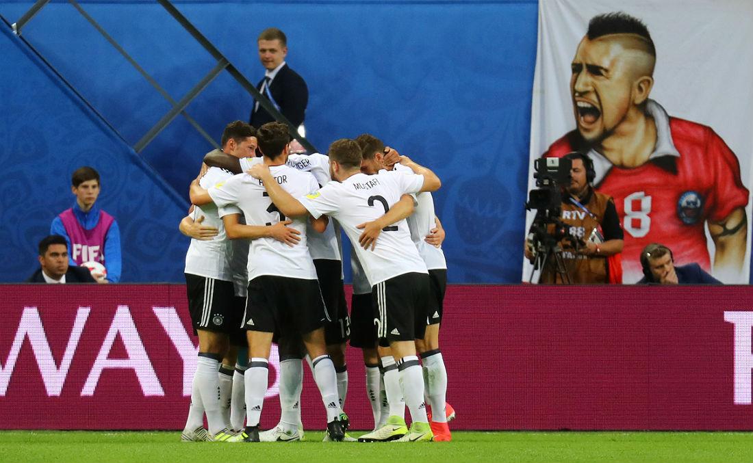 Футболисты сборной Германии празднуют забитый мяч