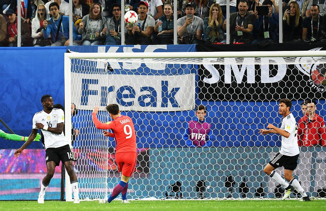 Нападающий сборной Чили Анхело Сагаль (№9) наносит удар по воротам немецкой сборной