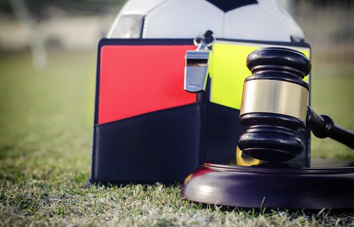 На ЧМ-2018 судьям позволят прервать игру в случае проявления расизма на трибунах