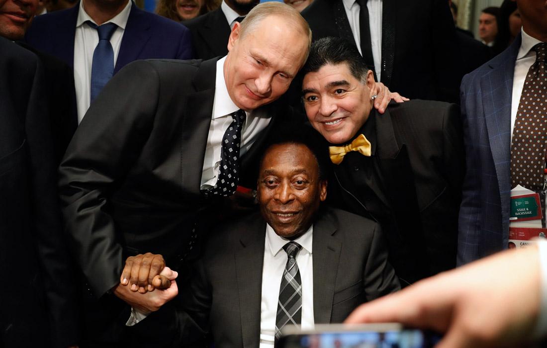 Президент РФ Владимир Путин, бразильский футболист Пеле и аргентинский футболист Диего Марадона (слева направо)