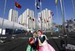 Корейские девушки в национальных нарядах перед Олимпийской деревней