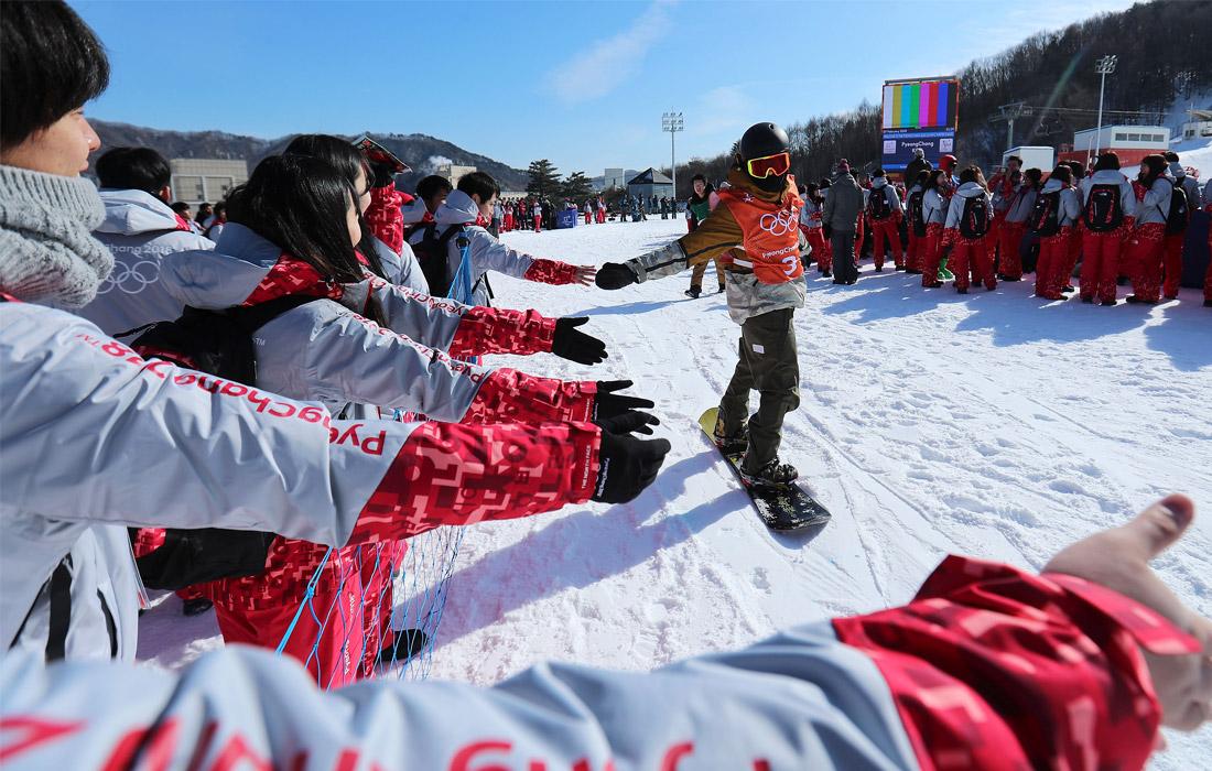 Волонтеры приветствуют спортсменов во время тренировок