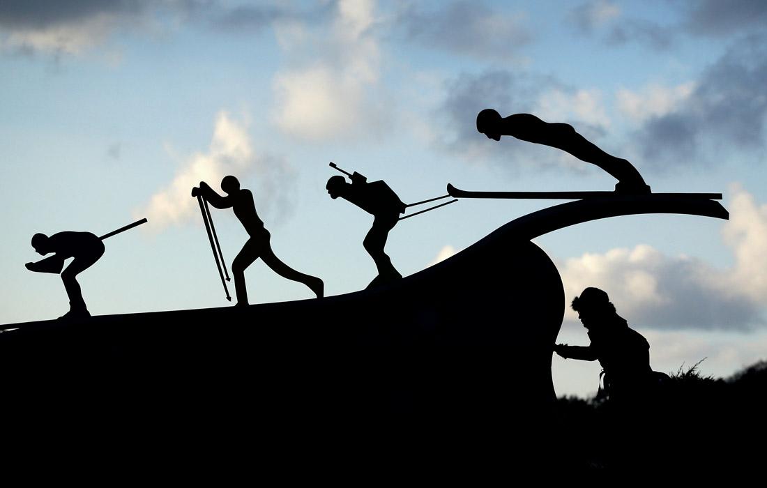 """Скульптура лыжников на территории горнолыжного курорта """"Альпензия"""""""