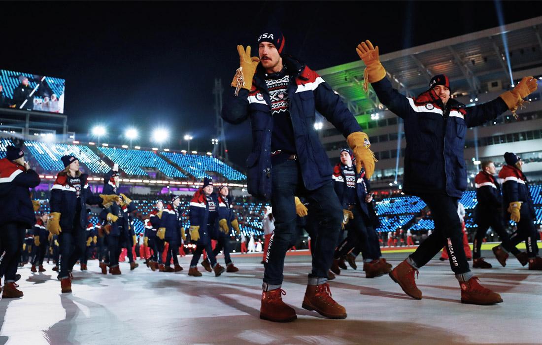 Спортсмены американской команды приветствуют стадион