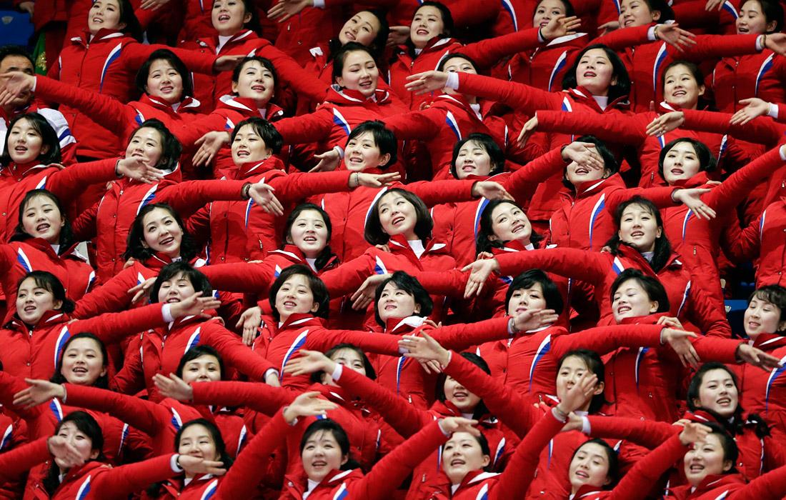 Болельщицы приветствуют спортсменов во время соревнования по конькобежному спорту. В своем квалификационном забеге шорт-трекист из КНДР Чо Ун-сонг занял последнее место.
