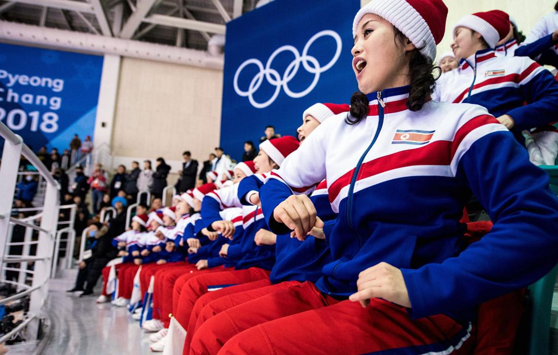 Болельщицы поддерживают спортсменов из КНДР на зимних Олимпийских играх