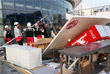 Сотрудники Олимпийского парка убирают торговые палатки, повалившиеся в результате сильного ветра
