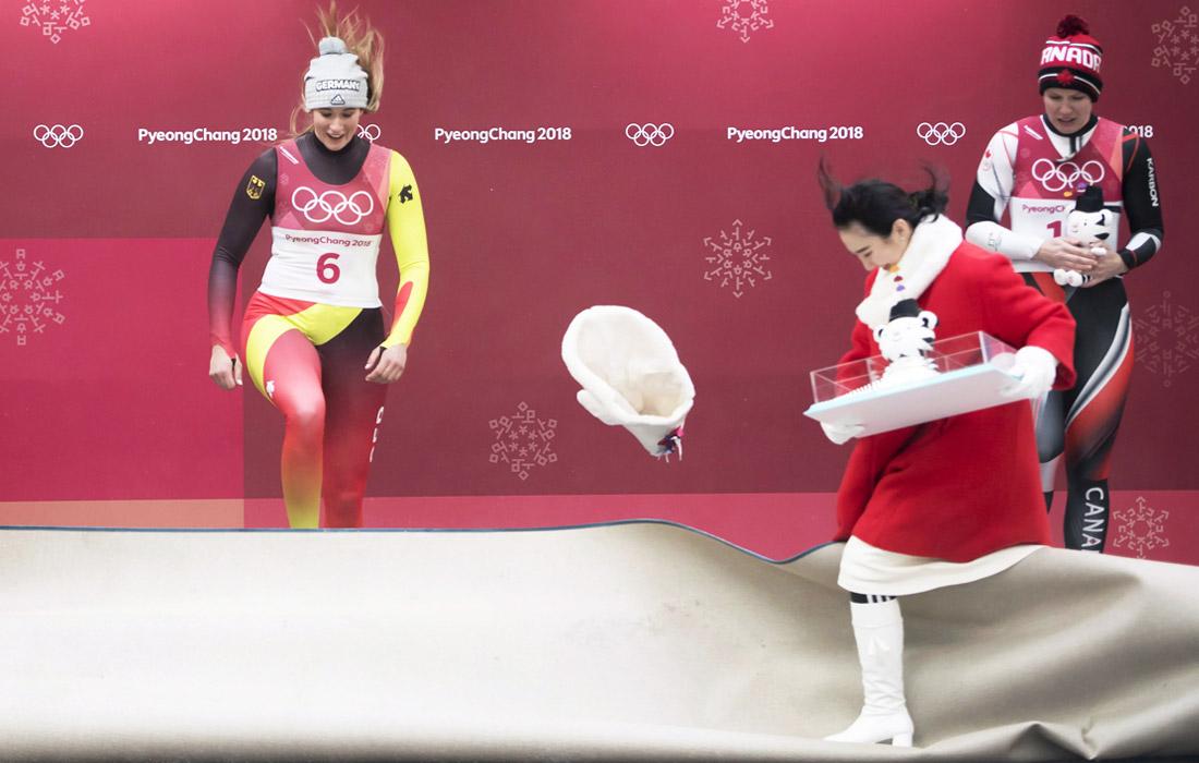 Во время церемонии награждения саночницы Натали Гайзенбергер, которая принесла сборной Германии пятую золотую медаль на Олимпиаде