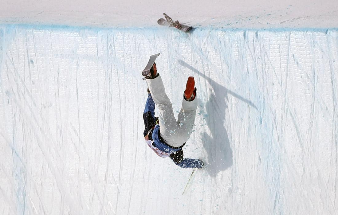 Атлет из Южной Кореи Ли Кан-бок во время тренировки по лыжному хаф-пайпу