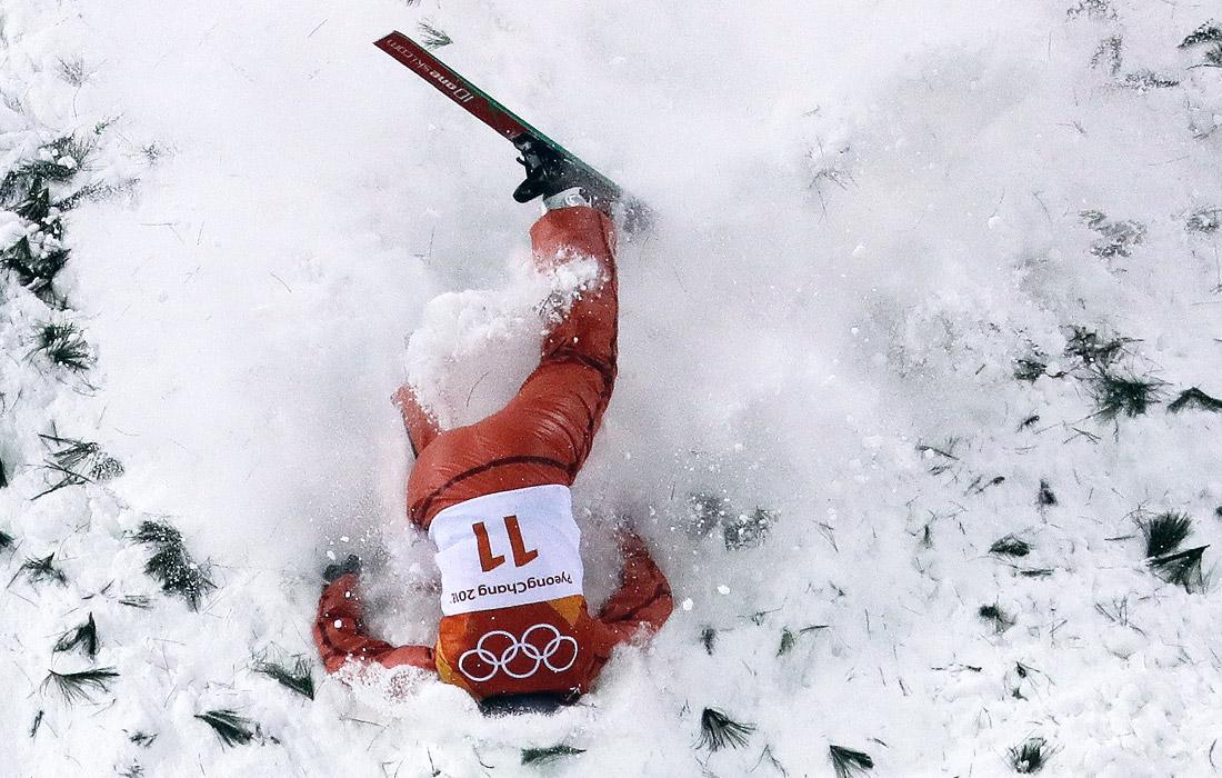 Падение белорусской спортсменки Аллы Цупер во время соревнований по лыжной акробатике среди женщин