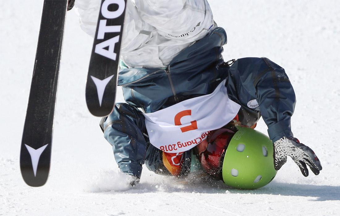 Падение фристайлистки Анастасии Таталиной во время финала соревнований по слоупстайлу