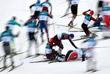 Падение будущего победителя скиатлона, норвежского лыжника Симена Крюгера (№7) и россиян Андрея Ларькова (№11) и Дениса Спицова (№16)