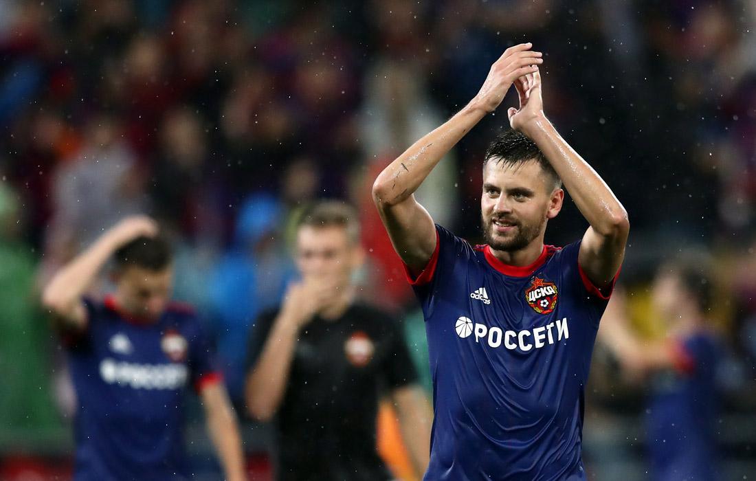 Футболисты ЦСКА (Георгий Щенников - на переднем плане) благодарят болельщиков за поддержку в матчах.