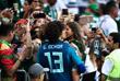 Вратарь сборной Мексики по футболу Гильермо Очоа с дочерью празднует победу над сборной Южной Кореи
