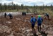 Участники чемпионата России по футболу в грязи около деревни Поги в Ленинградской области