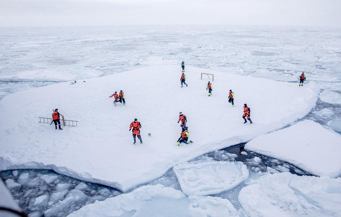 Экипаж норвежского ледокола KV Svalbard играет в футбол на льдине в Гренландии