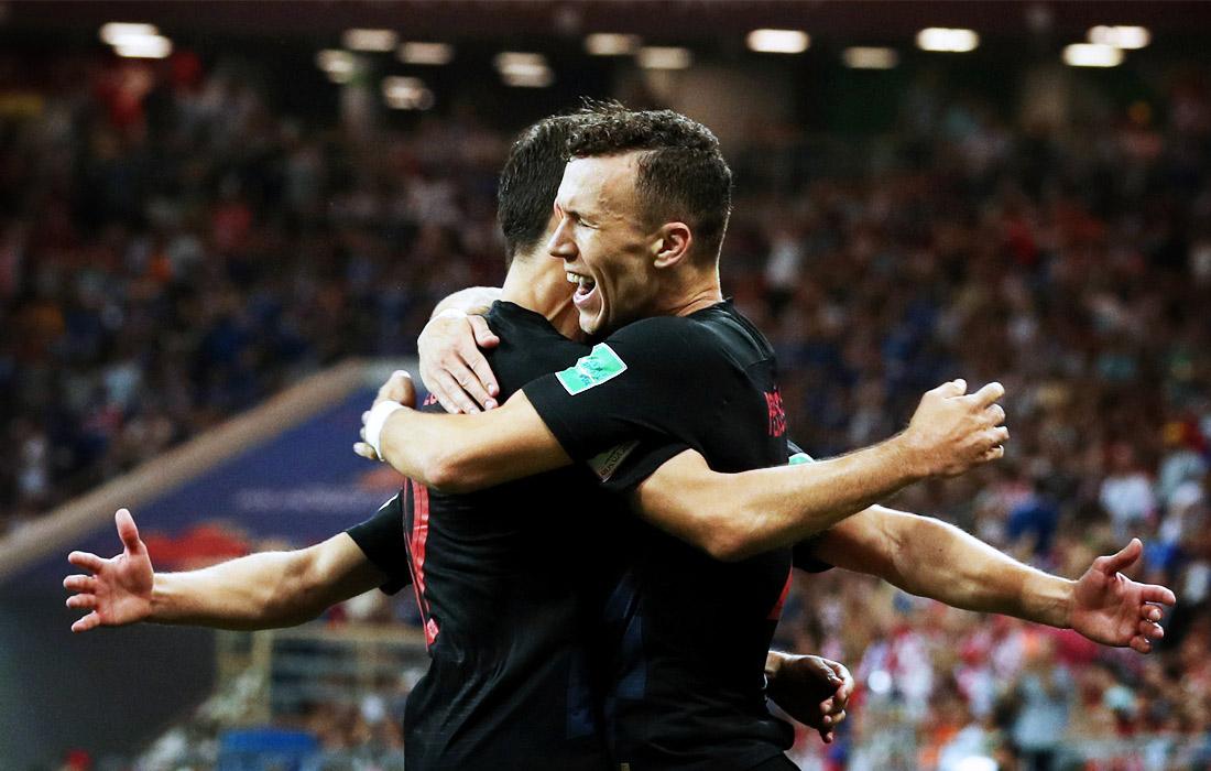 Хорватские футболисты Иван Перишич и Йосип Пиварич празднуют гол в матче чемпионата мира против Исландии