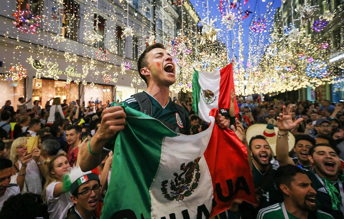 Болельщики сборной Мексики на Никольской улице в Москве