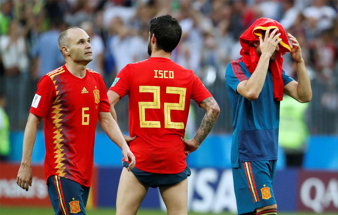 Испанцы Андрес Иньеста, Иско и Начо после проигрыша России