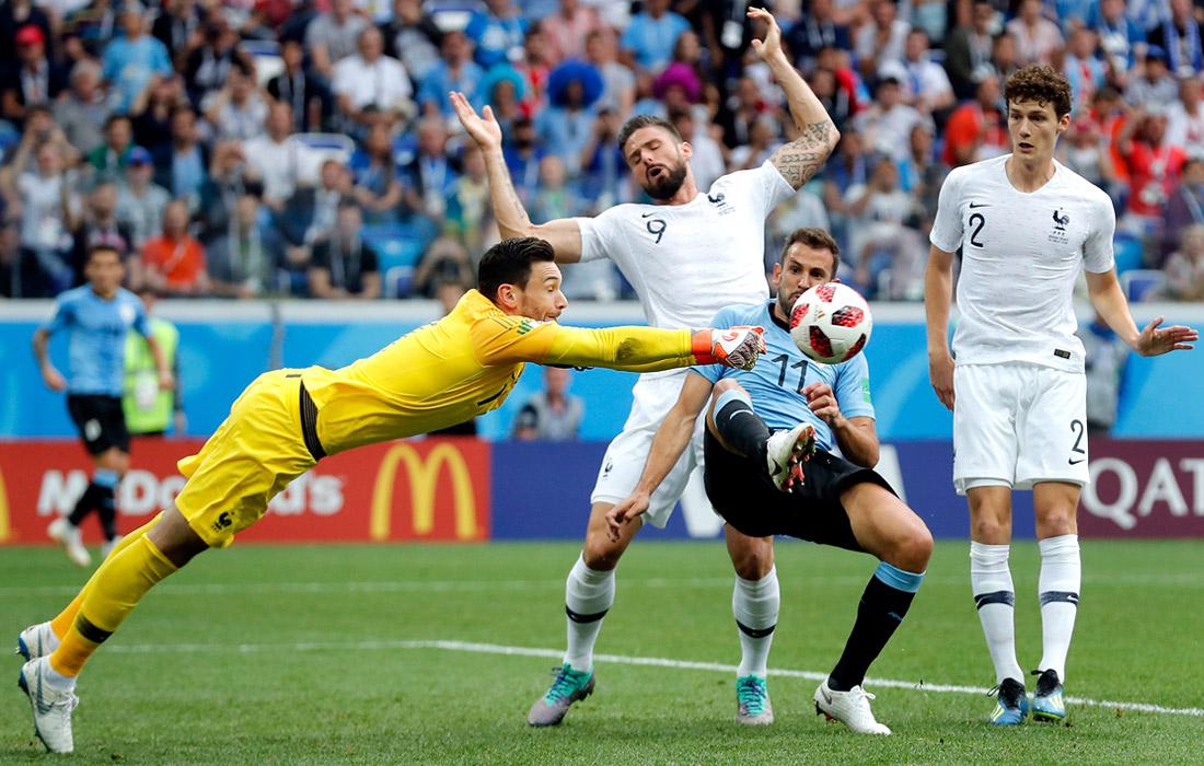 Вратарь сборной Франции Уго Льорис (слева) во время матча 1/4 финала против Уругвая (2:0)